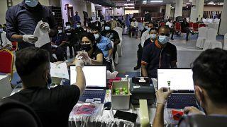 أناس يسجلون في اختبار تفاعل البوليميراز المتسلسل بي. سي , آر في دبي. 2021/02/08