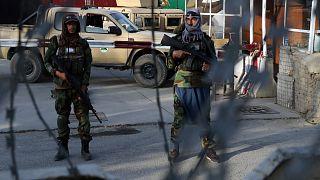 مقاتلو طالبان في نقطة تفتيش بالقرب من بوابة مطار حامد كرزاي الدولي في كابول، أفغانستان.
