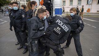 La policía retiene a un manifestante, durante una protesta contra las restricciones del coronavirus, en Berlín, el 28 de agosto de 2021.