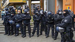 Polizei beobacht Demonstrierende gegen die Corona-Maßnahmen in Berlin