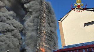 Il palazzo di via Antonini a Milano in fiamme
