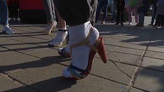 Uno dei partecipanti alla gara maschile su tacchi a spillo di Kazan, Russia