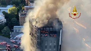 Un espectacular incendio devora un edificio de 20 pisos en Italia sin causar heridos