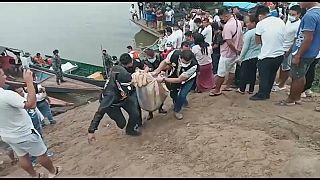 Guardacostas de Perú recuperan uno de los cuerpos del trágico naufragio
