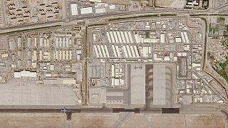A kabuli nemzetközi repülőtér katonai részének műholdfelvétele, a felszállópályán egy katonai repülővel