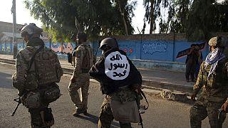 Az ISIS zászlaját magán viselő afgán katona egy 2020. augusztusában elkövetett merénylet után