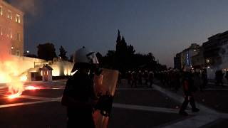 شاهد: الشرطة اليونانية تطلق الغاز المسيل للدموع لتفريض متظاهرين ضدّ لقاح كوفيد-19