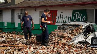 Bombeiros de Nova Orleães avaliam os estragos da derrocada de um edifício