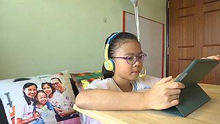 Una bambina usa un tablet per la didattica a distanza, Hong Kong