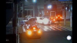 لصوص يسطون على أحد البنوك في البرازيل باستعمال المتفجرات ويحتجزون رهائن فوق أسطح السيارات
