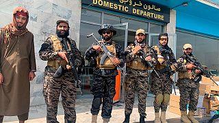 Taliban-Kämpfer posieren am Flughafen