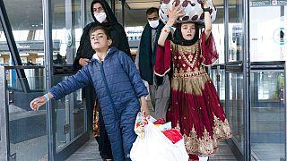 Una familia afgana llegando a Estados Unidos