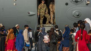 Посадка в самолет эвакуированных афганских беженцев. Доха, Катар