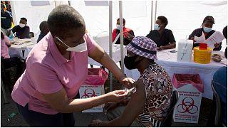 """رجل يتلقى لقاح """"جونسون أن جونسون""""  في مركز مركز صحي بمدينة سويتو  في جنوب أفريقيا"""