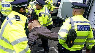 Klímaaktivistát tartóztatnak le rendőrök