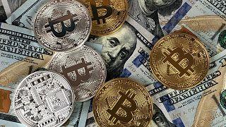 سکههای بیتکوین و اسکناس دلار