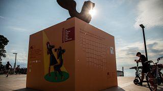 La estatua del león dorado, símbolo de Venecia, se eleva sobre el paseo marítimo el día antes del inicio de la 78ª edición del Festival de Cine de Venecia, Italia.