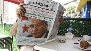 رجل يقرأ صحيفة تتصدر عناوينها اعتقال المرشح الرئاسي التونسي السابق نبيل القروي الثلاثاء 31 أغسطس 2021 في الجزائر