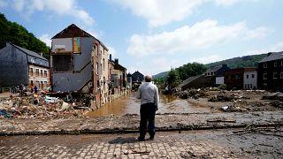 Un homme observe les dégâts à Pepinster en Belgique, le 17 juillet 2021