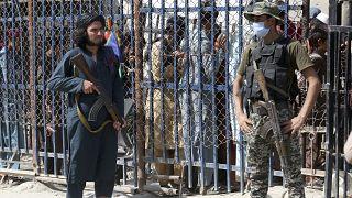 یک طالب در کنار سربازی پاکستانی