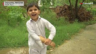 Mohammad Sideeq freut sich über seinen neuen Arm.