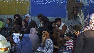 Többszáz ember várakozott napokon keresztül a kabuli reptér mellett, hogy elmenekülhessenek Afganisztánból