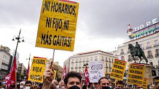 Manifestantes protestan en España en junio de 2021 contra la nueva regulación de la tarifa eléctrica