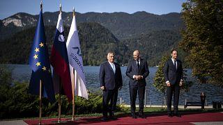 Orbán Viktor magyar miniszterelnököt fogadja Janez Jansa szlovén kormányfő a Bledi Stratégiai Fórumon a szlovéniai Bledben