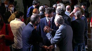 Pedro Sánchez, hablando con algunos empresarios durante su comparecencia en Madrid