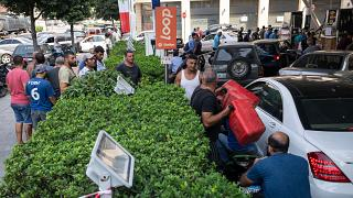 طابور للسيارات في محطة وقود في بيروت. 2021/08/28