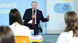 Die Schulferien in Russland sind vorbei. Zeit für eine Lektion von Wladimir Putin an einer Schule in Wladiwostok