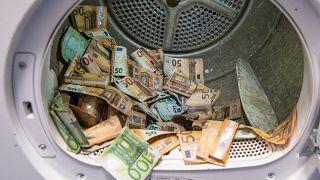تجفيف الأوراق النقدية من اليورو التي تضررت في الفيضانات في ماينس ، ألمانيا. 2021/09/01