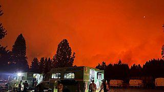 Inferno California con i venti che alimentano ancora gli incendi
