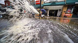 De l'eau est pompée du sous-sol d'une entreprise à Oakdale, en Pennsylvanie, suite aux inondations provoquées mercredi 1er septembre 2021 par des restes de l'ouragan Ida.