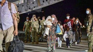 Un gruppo di profughi afghani nella base Nato di Sigonella