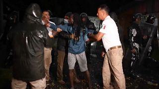 Agentes del Instituto Nacional de Migraciones detienen a un migrante haitiano