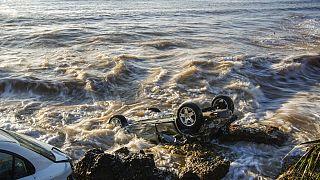 Coches arrastrados hasta el mar en la localidad costera de Alcanar, en el noreste de España