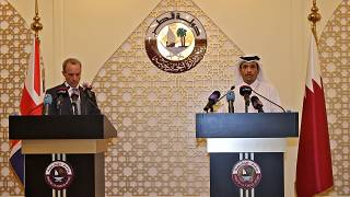 وزير الخارجية القطري الشيخ محمد بن عبد الرحمن آل ثاني  ووزير الخارجية البريطاني دومينيك في مؤتمر صحفي بالدوحة الخميس 02 أيلول/سبتمبر 2021