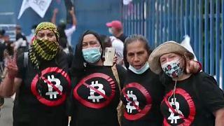 Manifestantes contra la ley del bitcoin en El Salvador