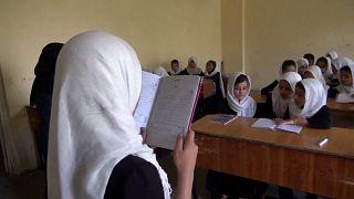 Taliban'ın ilk iktidarı sırasında sosyal hayattan soyutlanan kadınlar ve eğitim almalarına izin verilmeyen kız çocukları geleceklerinin ne olacağını merak ediyor.