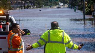 La gente observa la ruta 206 parcialmente inundada como resultado de los remanentes del huracán Ida en Somerville, Nueva Jersey, el 2 de septiembre de 2021.