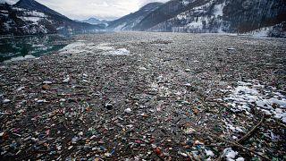 نفايات بلاستيكية تطفو على سطح بحيرة بوتبيكو في صربيا. 2021/01/22