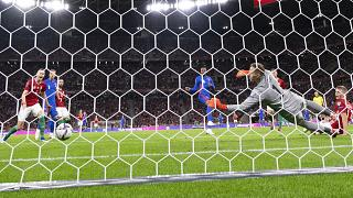 Az angol válogatott Raheem Sterling (kék mezben, középen) góljával szerzett vezetést a Puskás Arénában