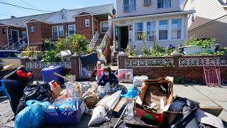 États-Unis : une habitante du Queens à New York trie ses affaires inondées suite à la tempête Ida