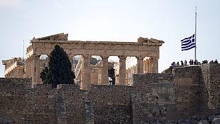 Μεσίστια η σημαία στην Ακρόπολη στο πλαίσιο του τριήμερου εθνικού πένθους για τον θάνατο του Μίκη Θεοδωράκη