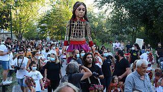 Κόσμος υποδέχτηκε στη γέφυρα του Πηνειού την κούκλα της Μικρής Αμάλ που συνεχίζει το ταξίδι της