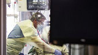 یک بیمار مبتلا به کووید در بخش مراقبتهای ویژه بیمارستانی در آیداهو
