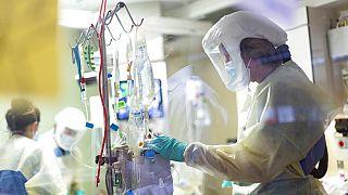 Kórházi dolgozó ellenőrzi egy koronavírusos beteg szobáját