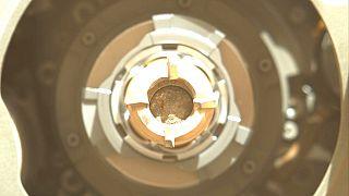 Φωτογραφία της NASA που απεικονίζει το πρώτο πέτρωμα που συλέχθηκε από τον Άρη