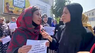 Fières et sans peur, des femmes afghanes marchent dans Kaboul pour le respect de leurs droits